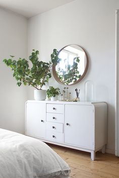 White and green = clean :) SEES Home Bedroom, Bedroom Decor, Sweet Home, Parents Room, Home Decor Online, Home Staging, Minimalist Home, Home Decor Inspiration, Decoration