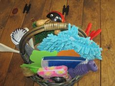 Heuristic play: here's what's in my infant-friendly treasure basket Craft Activities For Kids, Infant Activities, Crafts For Kids, Activity Ideas, Kids Diy, Toddler Play, Baby Play, Baby Treasure Basket, Heuristic Play