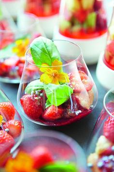 Petite bouchée aux fraises dans un gobelet Reveal'Up Intense. Gourmandise réalisée par Hazelaere traiteur