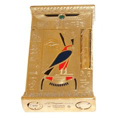 MECHERO DUPONT PHARAOH Año 2004. Edición limitada. Nº 1629 / 2575. Con certificado de autenticidad y garantía. Con marca en la base. Plaqué de oro grabado con esmaltes. Reproduce jeroglíficos egípcios.  Medidas: 6,5 x 4 cm.