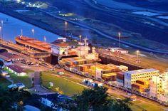 El canal de Panamá une a mundo. Al ahorrar en tiempo y costos al transportar productos de un oceano a otro. (Atlántico y Pacífico ).