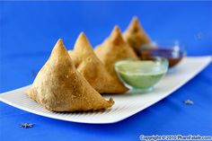 Samosas make great picnic food with raita and tamarind dipping sauces. Picnic Dinner, Dinner Party Menu, Dinner Ideas, Tasty Indian Recipe, Indian Food Recipes, Indian Samosas, Indian Street Food, Birthday Dinners, Dinner Is Served