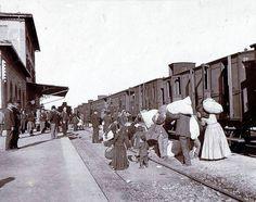 Emigranti in partenza da una stazione ferroviaria italiana   #TuscanyAgriturismoGiratola