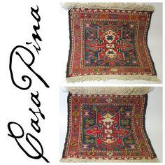 Par de Sumak anudados a mano con diseños kurdos siglo 20. Medidas: 43 x 37.5 cms c/u. Preguntar el Precio.