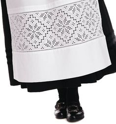 Hardangerbunad, stakk og forkle (Skirt and apron with Hardanger style embroderies) Hardanger Embroidery, Folk Embroidery, Cross Stitch Embroidery, Embroidery Patterns, Learn Embroidery, Modern Embroidery, Norwegian Vikings, Viking Clothing, Types Of Embroidery