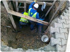 Niezła dziura...Usuwanie awarii wodociągu w centrum miasta Andrychów - małopolskie.