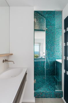 Imola shades crystalline water laps the ceramic surface for Faience salle de bain bleu turquoise
