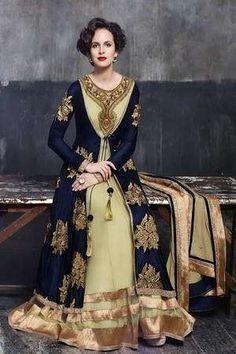 Vestido longo azul escuro de crepe e veludo, com mangas compridas, decorado com bordados de lurex e strass.