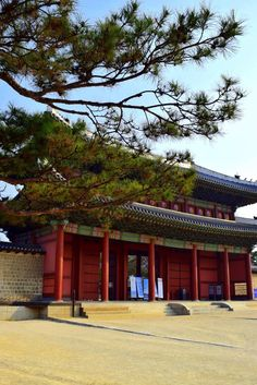 Gyeongbokgung Palace, located north of Gwanghwamun Square, is one of the most iconic sights in all of Korea thanks to its long and storied history.