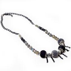 Collar de largo ajustable, confeccionado en cadena color negra, cristales, esferas forradas y cuentas semipreciosas Jaspe Dálmata.