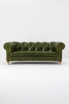Always wanted a Chesterfield Sofa? Buying a second hand Chesterfield Sofa can be better than buying a new one. Learn how to buy the perfect Chesterfield. Green Leather Sofa, Tufted Leather Sofa, Tufted Sofa, Black Leather, Couch Sofa, Distressed Leather, Leather Belts, Vintage Leather, Chesterfield Sofa