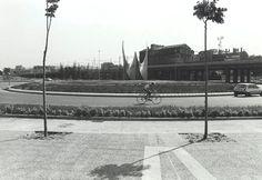 1984 girona Escultura cinètica d'Alfaro, a la plaça d'Europa, amb l'edifici de la Farinera Montserrat al fons
