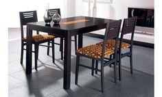 Comedor para cuatro personas en tono negro y con detalles en naranja, como en el tablero de la mesa y la tapicería de las sillas, decorada con un original estampado.
