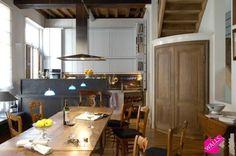 """Prachtige stadsvilla 15e eeuwse meesterwoning """"De Witte Sterre"""", rustige straat historische stadsgedeelte.Volledig gerenoveerd behoud authentieke elementen. Mooie binnenplaats. Kelder ruime wasplaats, sauna en wijnkelder. Gelijkvloers inkomhal. 1ste verdieping zitkamer met bib, open haard en eetkamer. Open keuken met blauwe steen en originele vistoog. 2e verdieping: toilet, drie slaapkamers, twee badkamers. 3e verdieping oase van licht, leefruimte en bureau. Buiten 2 dakterassen."""