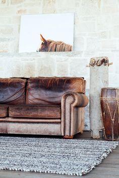 mur de pierre, canapé cuir | living room
