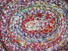 Braided rug tutorial, braided t shirts, old sheets, diy braids, braided Braided Rug Tutorial, Rag Rug Tutorial, Tapetes Vintage, Rag Rug Diy, Braided Rag Rugs, Old Sheets, Rug Yarn, Fabric Strips, Scrap Fabric