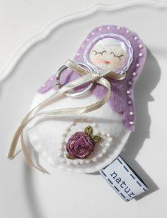 Rózsás esküvői bábuska - gyűrűpárna, Esküvő, Gyűrűpárna, Esküvői dekoráció, Különleges esküvő, különleges kelléke ez a kis szalaghímzéses bá...