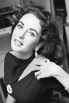 Elizabeth Taylor 1957 (Brooch) .....Uploaded By  www.1stand2ndtimearound.etsy.com
