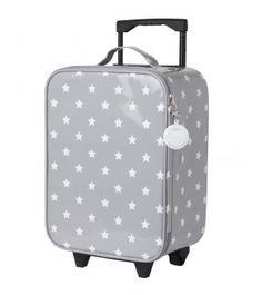 Pratique et super tendance avec son imprimé étoile, la valise à roulettes VICTOIRE possède de sacrés atouts.La première valise de votre bébé à la maternité qui deviendra son futur accessoire de voyage.