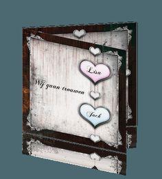 Originele trouwkaart met hout en roze en blauw hart. #trouwkaarten #trouwkaart