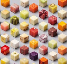Intitulée simplement CUBES, cetteincroyable photographie culinaire a été réalisée sans retouches numériques, en alignant précisément 98 cubes d'alimen