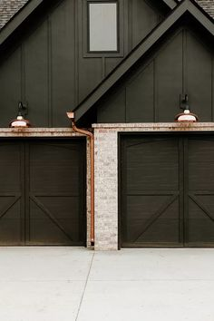 Exterior House Lights, Black House Exterior, Black Garage Doors, Modern Garage Doors, Exterior Colors, Exterior Design, Exterior Siding, Garage Design, Potpourri