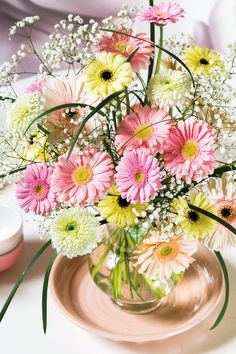 Colourful gerbera bouquet in a small bowl #pinkgerberas #floral #flower #whitegerberas #inspiration #colouredbygerbera #dutchgerbera