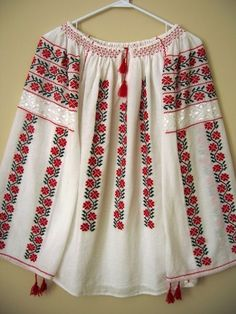 I bought a blouse in Romania back in and wish more than anything I hadn't lost it! Hand Embroidery Flowers, Folk Embroidery, Embroidery Fashion, Embroidery Designs, Embroidery Stitches, Outing Outfit, Romanian Girls, Bandanas, Moda Fashion