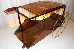 Em 1959, Zalszupind desenhou e produziu sua primeira poltrona e o famoso carrinho de chá, que também estará exposto na Artemobilia Galeria entre os dias 18 e 29 de novembro