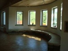 Because hempcrete is molded on site it is extremely versatile. Curved walls and original designs are not a problem.