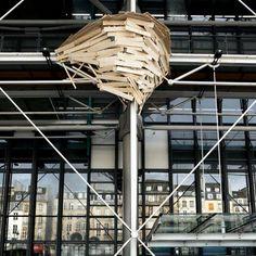 Une cabane sur les murs du Centre George Pompidou Tree Hut, Tree Houses, Centre Pompidou, Wooden House, City Art, Pergola, Design, School, Land Art