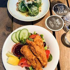 Soulfood vom Feinsten! Der Salat mit Backhendl und Preiselbeeren ist