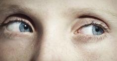 """El lenguaje corporal influye en cómo nos ven los demás, pero también puede cambiar en cómo nos vemos a nosotros mismos. La psicóloga social Amy Cuddy muestra como las """"posturas de poder"""" —mostrar una actitud de seguridad, aún sintiéndose inseguro— pueden alterar los niveles cerebrales de testosterona y cortisol, e incluso mejorar nuestras probabilidades de éxito."""