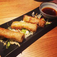 """Esse foi o segundo prato: uma das opções de """"tapas asiáticas"""". É um rolinho Primavera com vários vegetais tofu e shitake com um molhinho entre doce e picante. Outra delícia do céu! Só um pouco mais oleoso do que estou acostumada mas não dá pra sentir.  Completamos com um café vietnamita e saímos andando nas nuvens"""