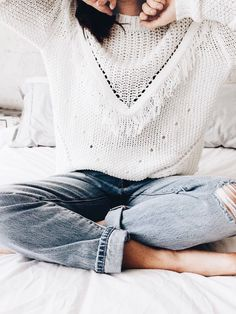 Casual outfits for women this fall. Cozy knit wear sweater and light denim jeans. 50 Style, Looks Style, Mode Style, 50 Fashion, Look Fashion, Womens Fashion, Fashion Trends, Fashion Clothes, College Fashion