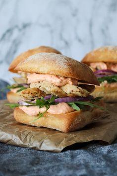 Skønne Sandwiches Med Tomat Fetacreme og Stegt Kylling – One Kitchen – A Thousand Ideas