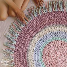 Alfombra de crochet hecha con trapillo y con flecos  www.susimiu.es