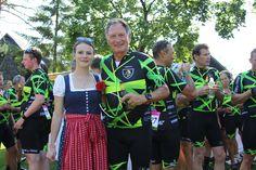 """Die Charity Radtour """"Tour de Franz"""" macht Station im Dorf SEELEITN. Die jun. Chefin hat sich Franz Klammer gleich für ein Foto geschnappt. Pictures, Boss Lady, Vacation"""