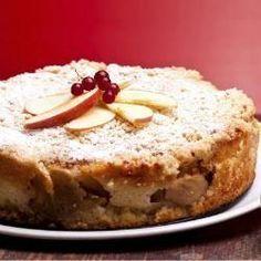Bata 2 maçãs no liquidificador com 1 banana e 2 ovos. Acrescente 1,5 xíc. farelo de aveia e 1 colh. (sopa) fermento e mexa bem. Coloque em uma forma antiaderente e enfeite com as fatias de 1 maçã. Asse em forno a 180 graus por 30 minutos ou quando estiver dourado . Polvilhe a canela e sirva.