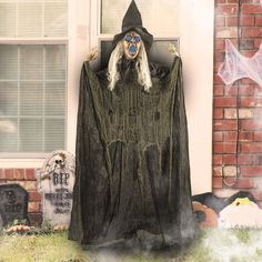 Halloween Witch Head Wall Hanging yard decorations. DIY Halloween Decorations For Outdoor And Home Decor. Explore these DIY decoration and Halloween Ideas for 2019! #halloween #halloweendecorations #outdoordecor #witchhead Halloween Decorations For Kids, Halloween Party Decor, Scary Halloween, Halloween Ideas, Yard Decorations, Diy Decoration, Decor Ideas, Halloween Crafts, Halloween Kitchen