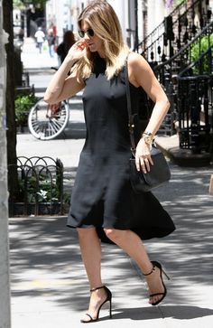 Jennifer-Aniston-porte-une-robe-noire-moulante-sans-soutien-gorge-dans-les-rues-de-New-York-le-30-j_exact1024x768_p.jpg (498×768)