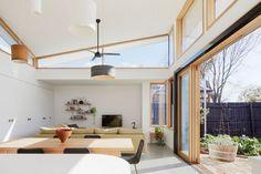 Este telhado escultural se encaixa sobre a extensão e torce simetricamente em torno de uma crista central.  As janelas Clerestory seguem a linha do telhado permitindo que a luz solar entre no interior de todos os lados.  #ModernHouseExtension #Windows #Architecture