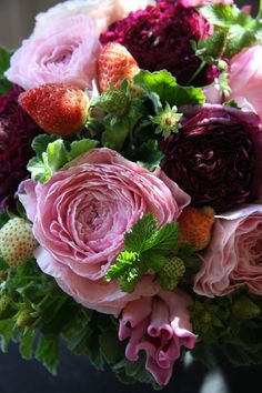 ranunculus,tulip and strawberry My Flower, Pretty Flowers, Fresh Flowers, Beautiful Flower Arrangements, Floral Arrangements, Bloom Where Youre Planted, Shabby Chic Flowers, Deco Floral, Flower Boxes