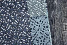 Sacs à main et sacs patchwork look élégant et authentique avec la technique scrappy et broderie sashiko. Cet accessoire sera аccentuate votre image et mettre en valeur votre style. Points de style sashiko sont brodés sur les deux côtés à la main. Cette pochette sera parfaite pour transporter