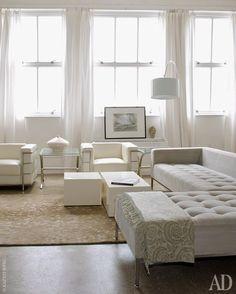 Винтажный диван был перетянут белой кожей— в пандан к креслам подизайну Ле Корбюзье.