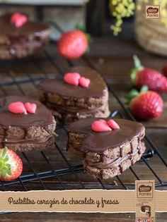 Pastelitos corazón de chocolate y fresas Valentine Desserts, Valentine Treats, Sweet Desserts, Delicious Desserts, Choco Chocolate, Artisan Chocolate, Fresas Chocolate, Individual Cakes, Diy Cake