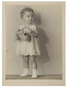 Love, Shirley Temple, Take Two: From Schoolgirl to Storybook: 139 Vintage Photograph in Folio Cover of Shirley Temple as Toddler Old Hollywood Glamour, Golden Age Of Hollywood, Classic Hollywood, Hollywood Stars, Child Actresses, Child Actors, Shirly Temple, Temple Pictures, Celebrities Then And Now