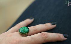 Bague vernis verte à paillettes. Green glitter nail polish glass cabochon ring. http://divine-et-feminine.com/fr/bagues/76-bague-vernis-paillettes-verte.html