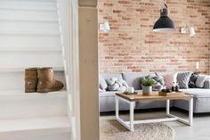 Białe schody w przytulnym salonie - Lovingit.pl