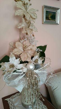 Zlatá vánoční dekorace Hanukkah, Christmas Wreaths, Holiday Decor, Home Decor, Christmas Swags, Homemade Home Decor, Holiday Burlap Wreath, Interior Design, Home Interiors